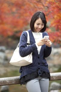 スマートフォンを操作している女性の写真素材 [FYI01300238]