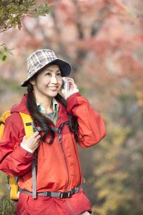 スマートフォンで電話している女性の写真素材 [FYI01300247]