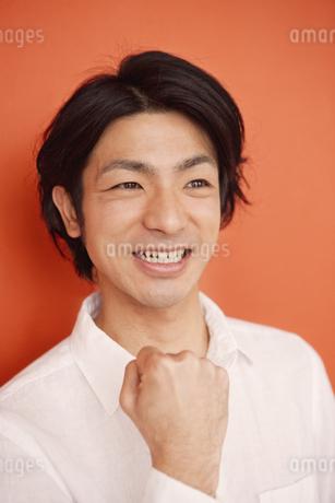 ガッツポーズをする男性の写真素材 [FYI01300265]
