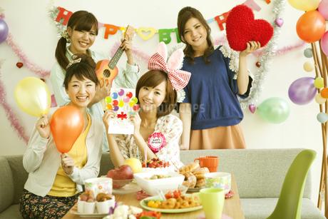 パーティーをする若い女性4人の写真素材 [FYI01300388]