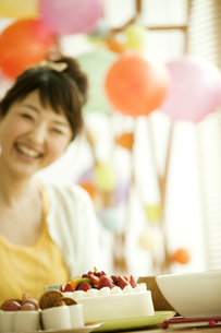 ケーキと若い女性の写真素材 [FYI01300440]