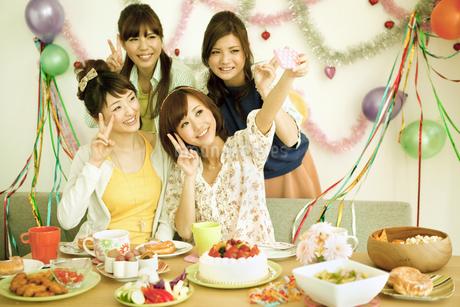 パーティーをする若い女性4人の写真素材 [FYI01300474]