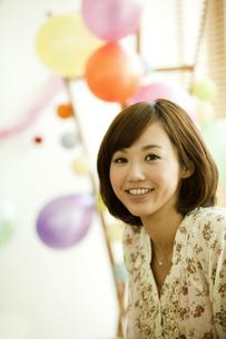 笑顔の若い女性の写真素材 [FYI01300535]
