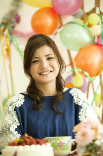笑顔の若い女性の写真素材 [FYI01300547]