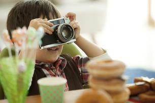 カメラを構える男の子の写真素材 [FYI01300562]