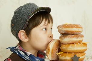 ドーナツにキスをする男の子の写真素材 [FYI01300575]