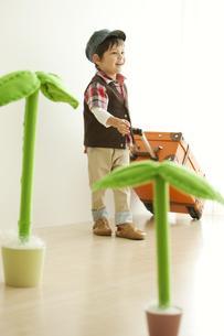 スーツケースを持つ男の子の写真素材 [FYI01300591]