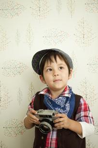 カメラを持つ男の子の写真素材 [FYI01300595]