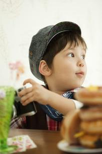 カメラを持つ男の子の写真素材 [FYI01300605]