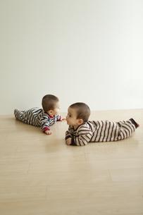 床に寝そべる双子の赤ちゃんの写真素材 [FYI01300617]
