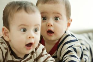驚いた表情の双子の赤ちゃんの写真素材 [FYI01300634]