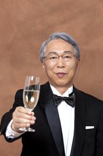 シャンパンで乾杯する中高年男性の写真素材 [FYI01300642]