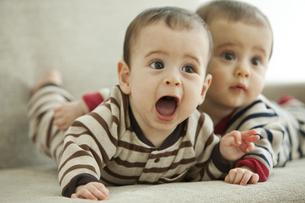 遠くを見る双子の赤ちゃんの写真素材 [FYI01300650]