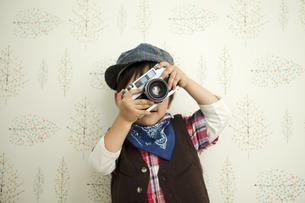 カメラを構える男の子の写真素材 [FYI01300668]