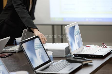 テーブルの上のノートパソコンの写真素材 [FYI01300674]