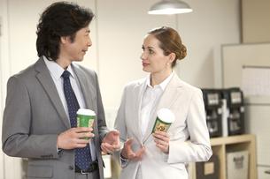 話をするビジネスマンとビジネスウーマンの写真素材 [FYI01300695]