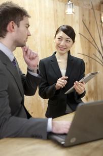 打ち合わせをするビジネスマンとビジネスウーマンの写真素材 [FYI01300740]