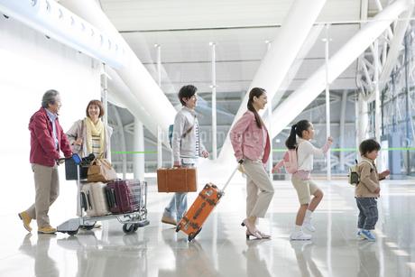 旅行に出かける3世代家族の写真素材 [FYI01300808]