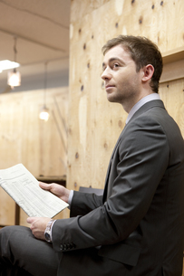 新聞を持つビジネスマンの写真素材 [FYI01300868]