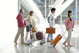 旅行に出かける家族4人の写真素材 [FYI01300916]