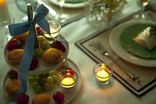 テーブルの上のケーキスタンドの写真素材 [FYI01300955]