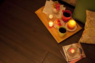 お盆の上のコーヒーと洋菓子の写真素材 [FYI01301013]