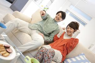 テレビを観ているカップルの写真素材 [FYI01301103]