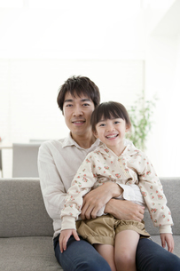 笑顔の女の子を抱っこする父親の写真素材 [FYI01301121]