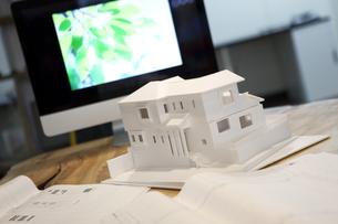 テーブルの上の建築模型の写真素材 [FYI01301124]