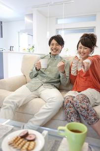 テレビを観ているカップルの写真素材 [FYI01301126]