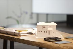 テーブルの上の建築模型の写真素材 [FYI01301128]