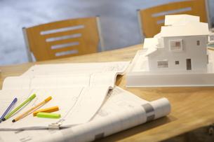 テーブルの上の建築模型の写真素材 [FYI01301149]