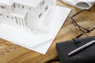 テーブルの上の建築模型の写真素材 [FYI01301176]