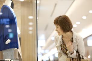 ウインドーショッピングをする中高年女性の写真素材 [FYI01301229]