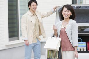 買い物から帰宅した夫婦の写真素材 [FYI01301258]