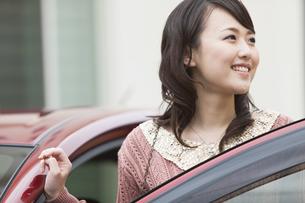 車に乗ろうとする笑顔の女性の写真素材 [FYI01301279]