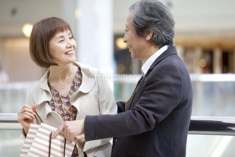 話をしている笑顔の中高年夫婦の写真素材 [FYI01301289]