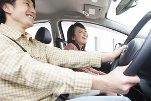 車内で会話している笑顔の夫婦の写真素材 [FYI01301318]