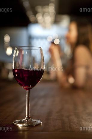 カウンターの上のワイングラスの写真素材 [FYI01301338]