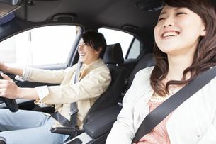 車内で会話している笑顔の夫婦の写真素材 [FYI01301340]