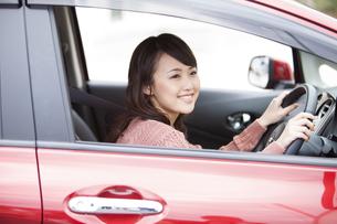 車の運転をしている女性の写真素材 [FYI01301354]