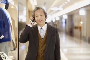 スマートフォンで電話している中高年男性の写真素材 [FYI01301392]