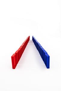 赤と青のドミノの写真素材 [FYI01301417]