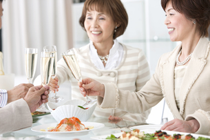 シャンパンで乾杯する中高年女性の写真素材 [FYI01301427]