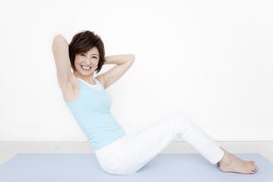 腹筋運動をする女性の写真素材 [FYI01301431]