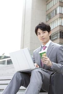 ノートパソコンを操作しているビジネスマンの写真素材 [FYI01301548]