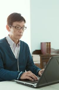 ノートパソコンを操作する中高年男性の写真素材 [FYI01301651]