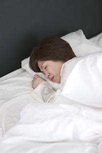 眠る中高年女性の写真素材 [FYI01301656]