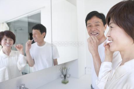 歯を磨く中高年夫婦の写真素材 [FYI01301675]