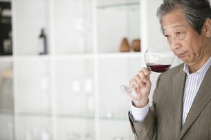 ワインを飲む中高年男性の写真素材 [FYI01301716]